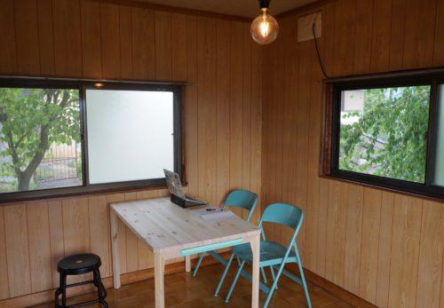 2階の洋室をラボみたいなスペースに改造しています。